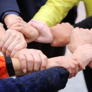 Yhteistyö yli järjestöjen rajojen tuo näkyvyyttä ja tulosta - siksi käsi on toisen ranteessa kiinni yhdessä ympyrän muodossa