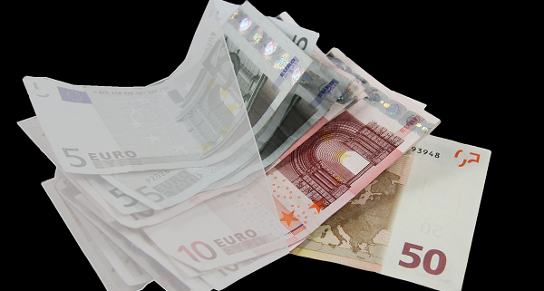 Varaudu sote uudistus uhkaa rahoitusta - nippu euroseteleitä, joista osa on harmaan epävarmuuden peitossa